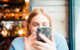 vrouw met mobiel in de hand